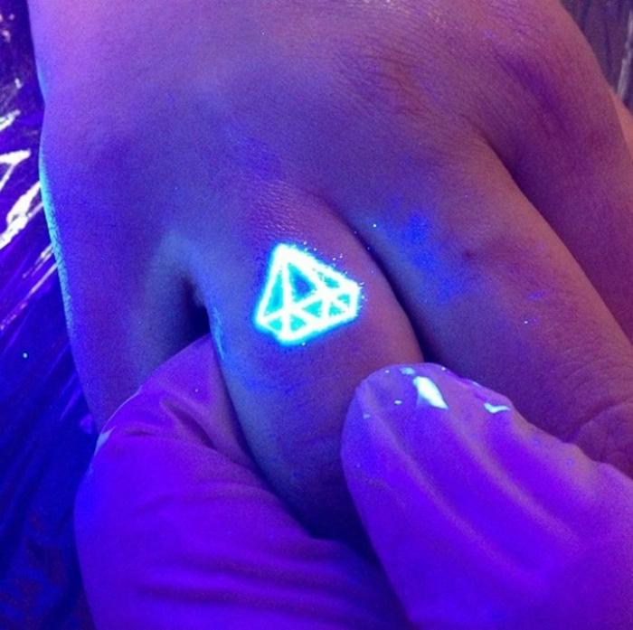 Флуоресцентная татуировка с изображением бриллианта.