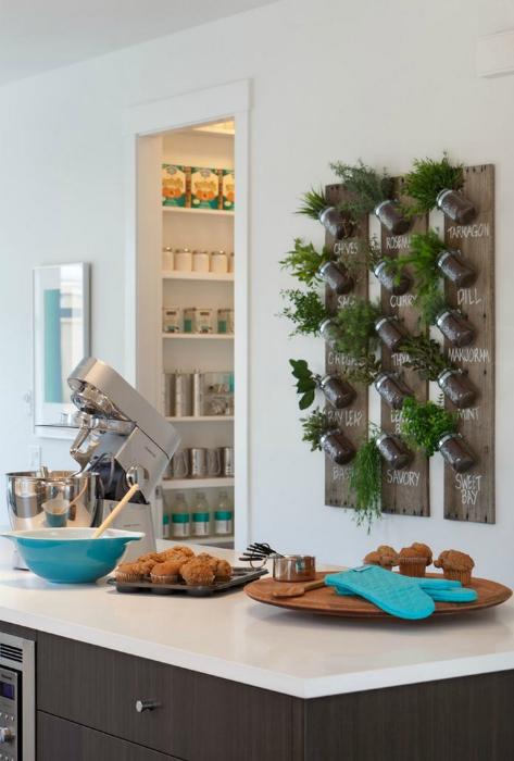 Деревянная доска с баночками-горшочками для пряных трав, которые можно выращивать на своей кухне.