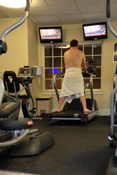 Мужчина в полотенце.