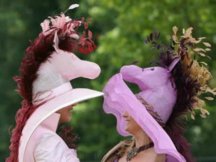 Гламурные женские шляпки с фигурами лошадей.