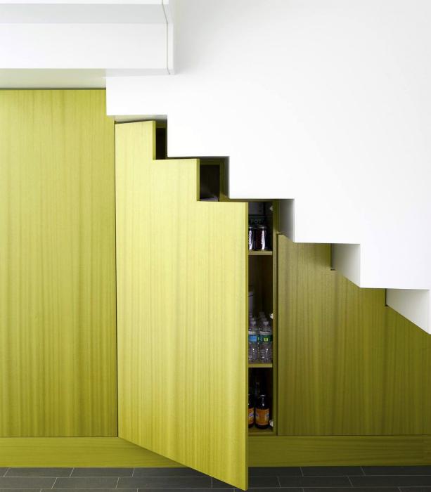 Яркий шкаф под лестницей.