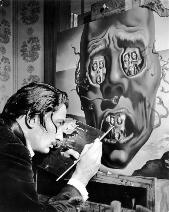 Известный сюрреалист работает над своей картиной «Лицо Войны», 1941.