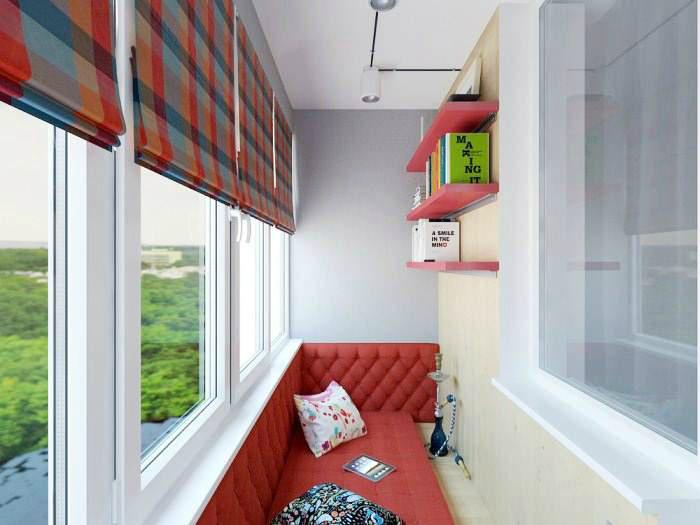 Лоджия с большим красным диваном.