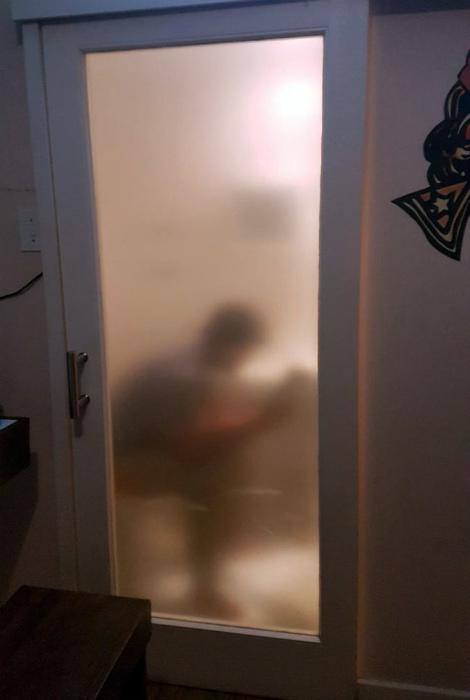 Интригующая дверь в санузел.