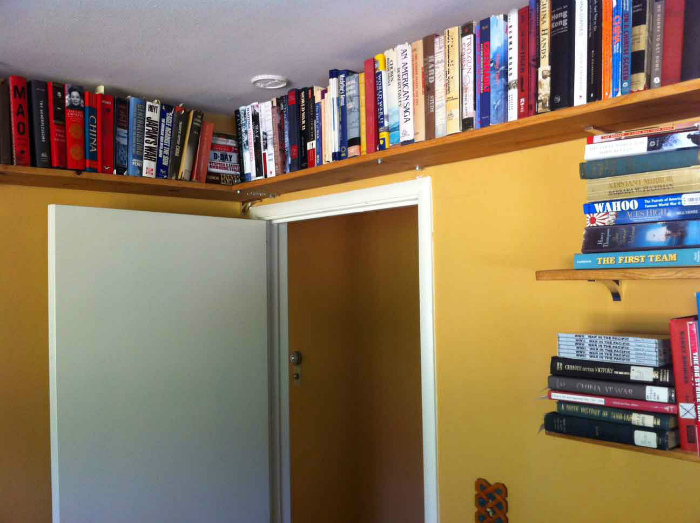 Книжные полки под потолком. | Фото: yandex.uz.