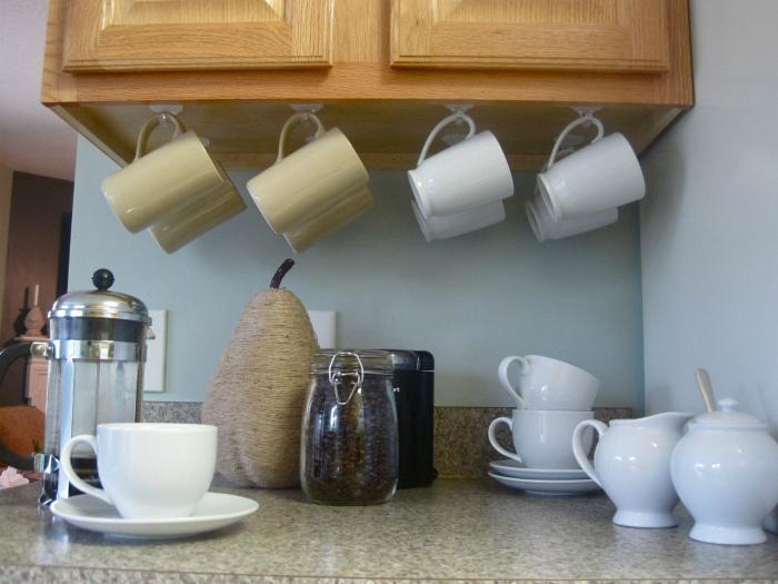 Крючки для чашек под шкафчиками. | Фото: Pinterest.