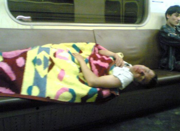 Тихий час в вагоне метро.