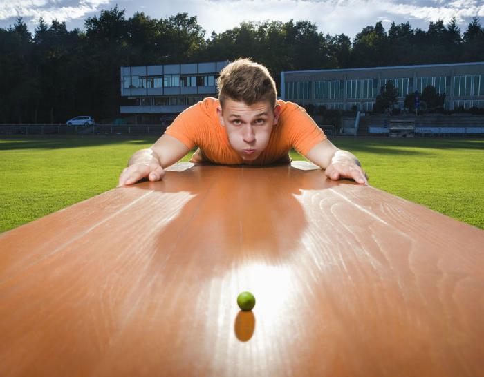Жителю Германии Андре Ортолфу удалось сдуть горошину на рекордное расстояние в 7,5 метров. Рекорд был зафиксирован 12 июля 2014 года в тренажерном зале в Аугсбурге, Баварии.