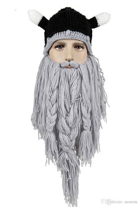 Вязаная шапка викинга с бородой.
