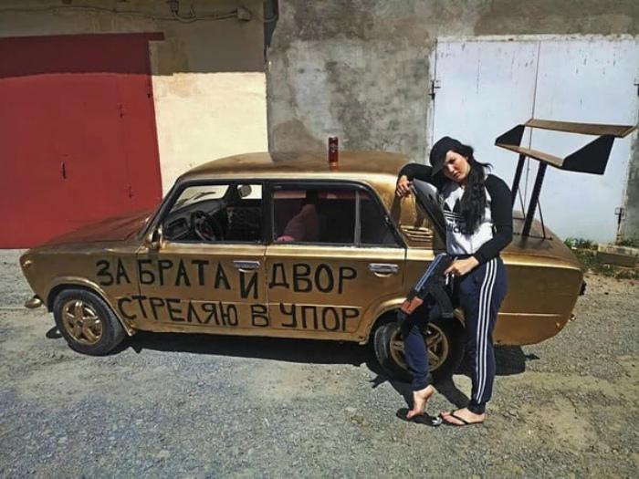 Novate.ru рекомендует остерегаться людей на «золотых» машинах. | Фото: Instazu.com.