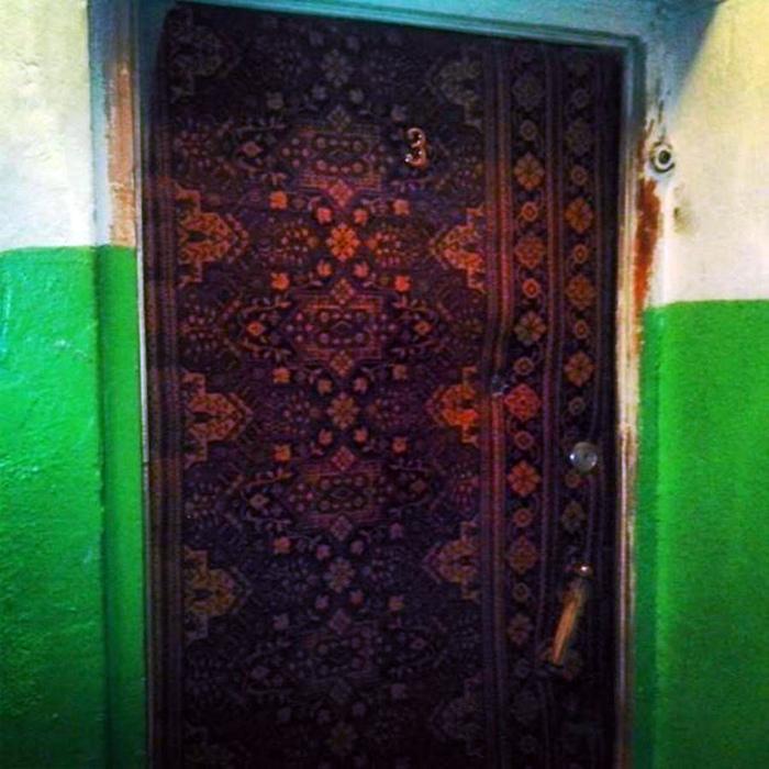 Роскошная обивка двери.