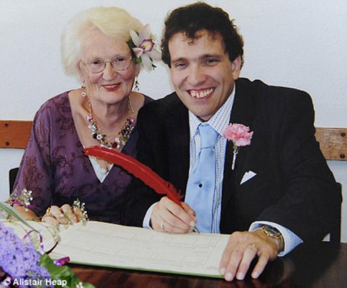 Молодой парень и его новоиспеченная жена, которая годится ему в бабушки.