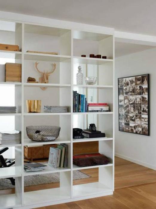 Использование пространство от пола до потолка. | Фото: ELLE Decoration, Маленькие интерьеры.