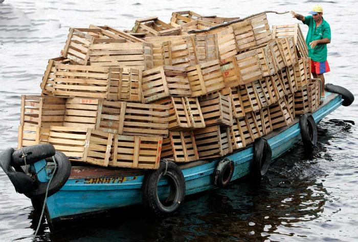 Переполненная лодка.