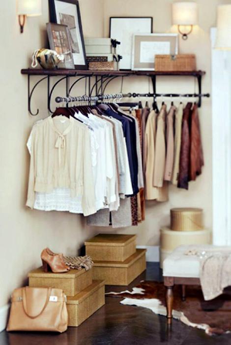 Открытая гардеробная в свободном углу.