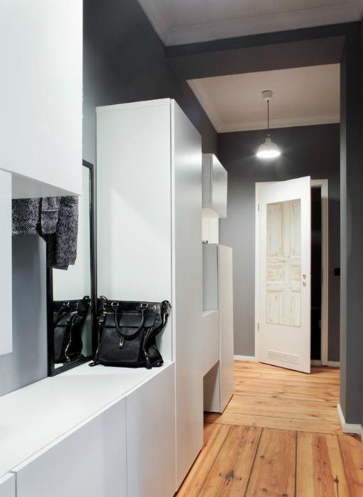 Темный коридор с белоснежными шкафчиками. | Фото: Pinterest.