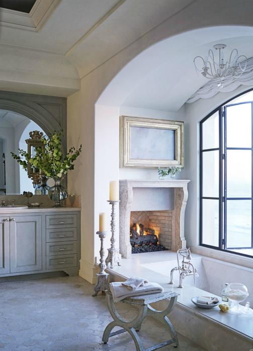 Уютная ванная с камином.