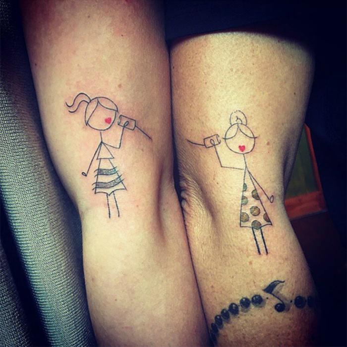 Забавная татуировка, демонстрирующая связь между мамой и дочкой.