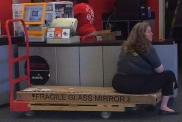 Хрупкое зеркало, против «хрупкой» леди. | Фото: Шняги.Нет.