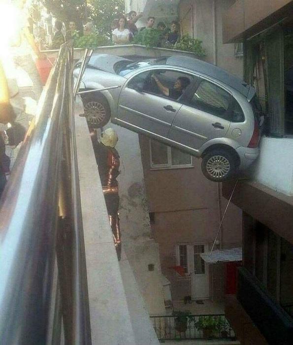 Смотрите, как талантливо припарковалась! | Фото: Funnyism.