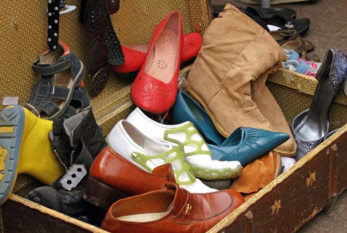 Устаревшая и порванная обувь.