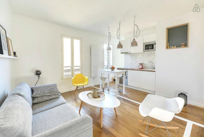 Лаконичный дизайн квартиры-студии, оформленной в белых тонах.