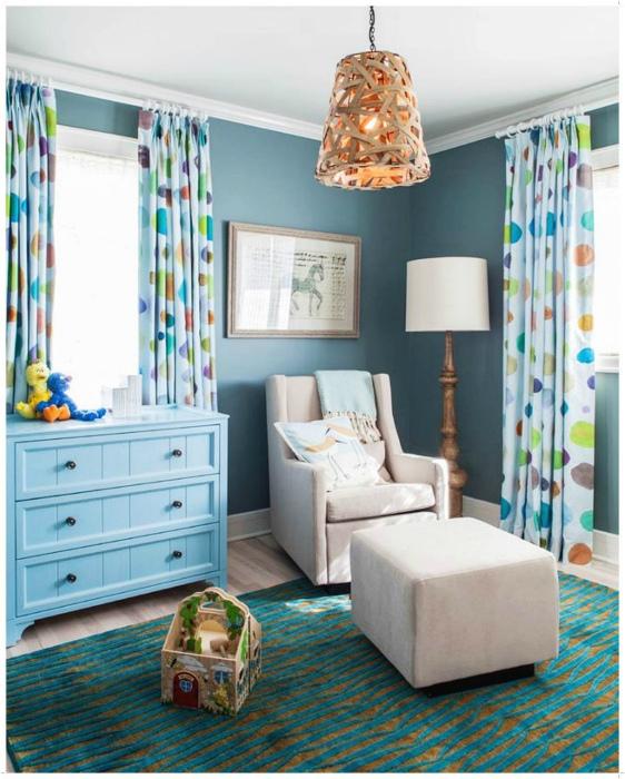 Детская комната в голубых тонах.