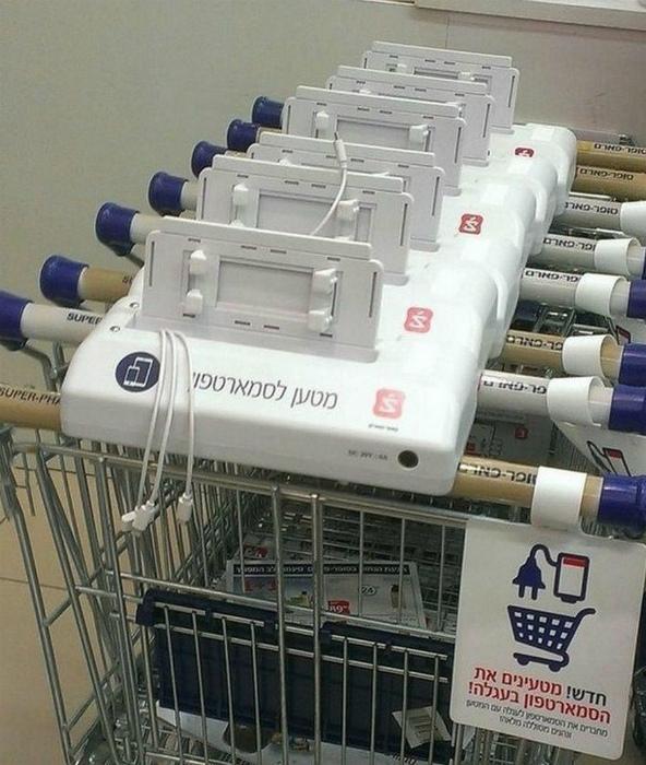 По информации Novate.ru, тележки в супермаркетах Израиля, оборудованы шнурами для зарядки. | Фото: Ribalych.ru.