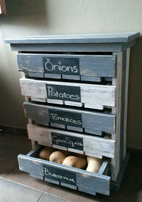 Шкаф с выдвижными ящиками для хранения овощей.