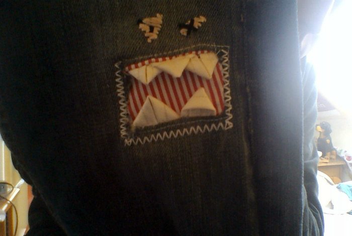 Креативно зашила дырки на джинсах.