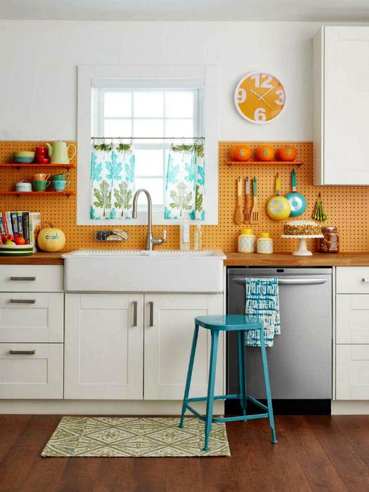 Кухонный фартук из перфорированных панелей.