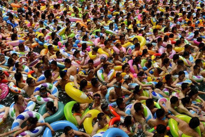 Человеческое нашествие на бассейн. | Фото: Pholder.