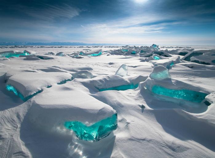 Кристально-чистый изумрудный лед на озере Байкал.