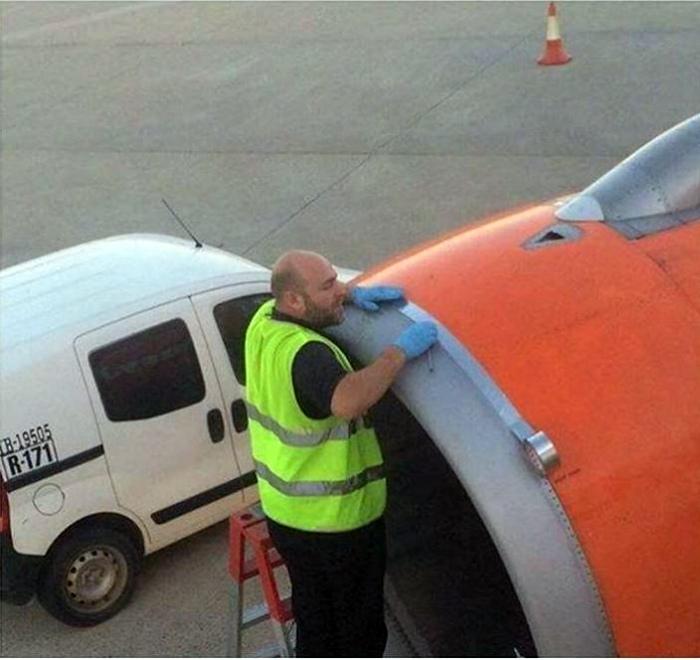 По мнению Novate.ru, изолента совершенно не годится для ремонта самолетов. | Фото: МирТесен.