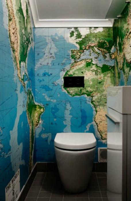Карта мира на стенах туалета. | Фото: Fresh Bathroom.
