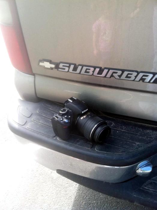 Фотоаппарат проехал на заднем бампере больше 10 километров. | Фото: Reddit.