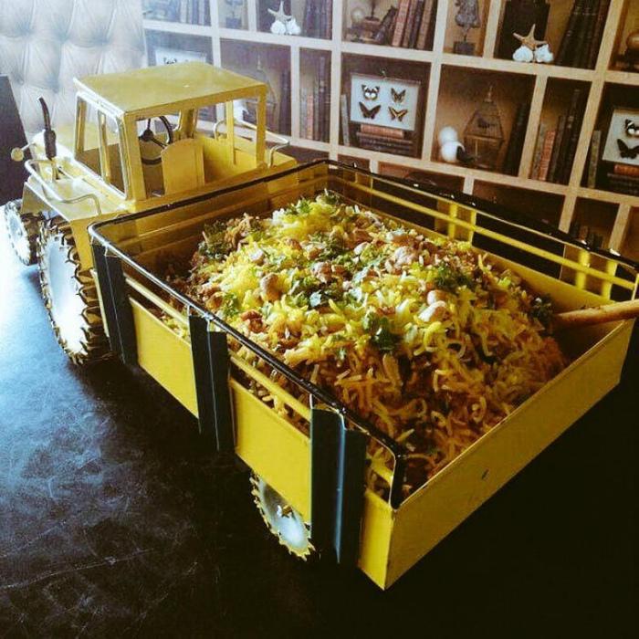 Блюдо в кузове игрушечного самосвала. | Фото: Хроника.инфо.