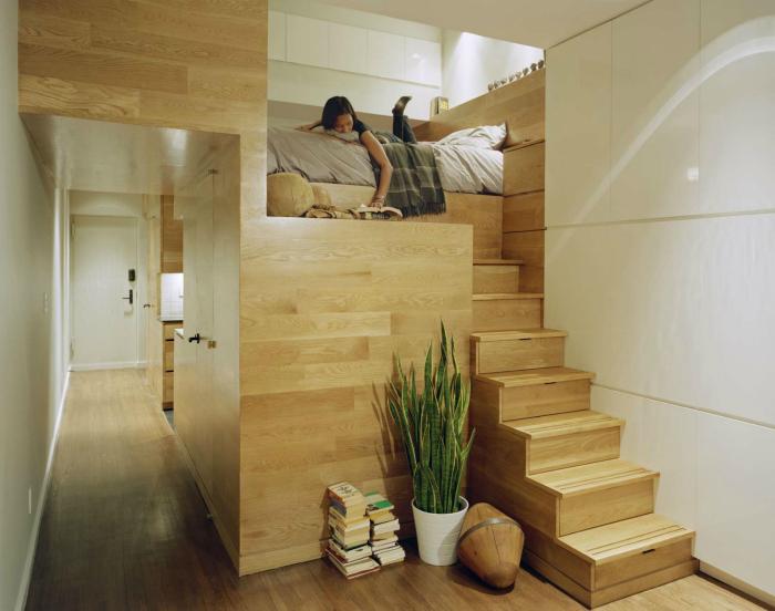 Кровать в нише и лестница со скрытыми шкафчиками.
