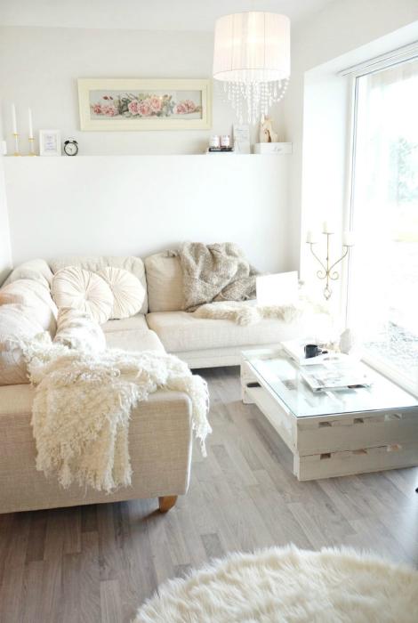 Угловой диван в интерьере маленькой квартиры.