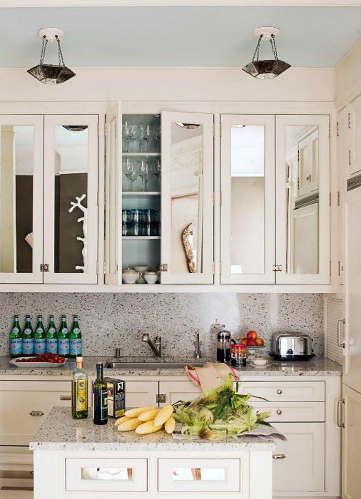Кухонный гарнитур с зеркальными дверцами.