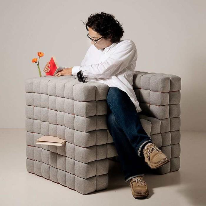 Мягкое кресло, которое позволит держать все нужные предметы под рукой.