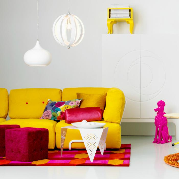 Ярко-желтый диван.