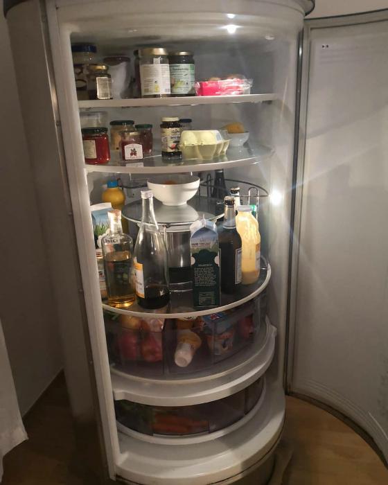 Холодильник с круглыми полками. | Фото: Instagram Metrics.