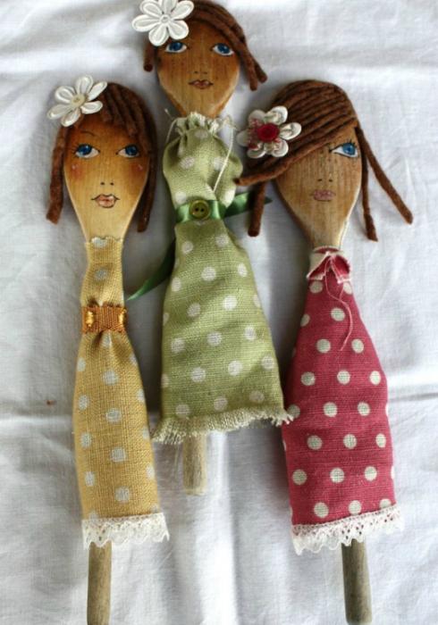С помощью фломастеров, ниток и старых лоскутков ткани можно превратить ложки в милых кукол.