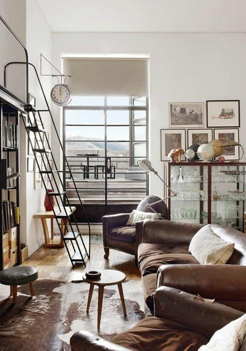 Компактная лестница в индустриальном стиле.