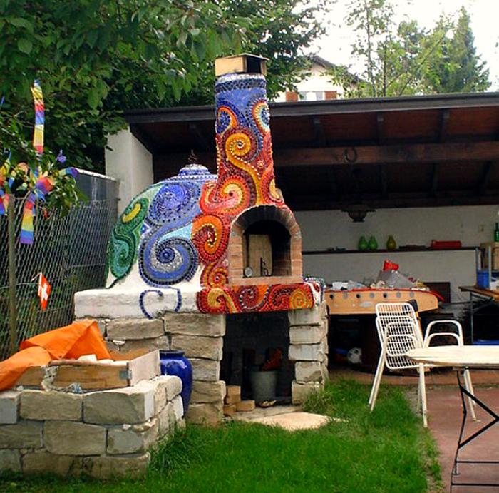 Глиняная печь с мозаикой.