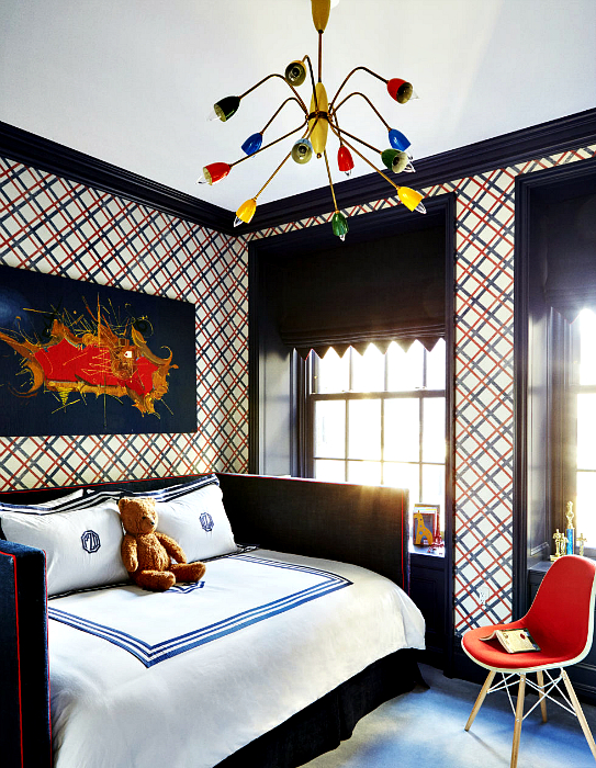 Спальня подростка с красочными стенами.