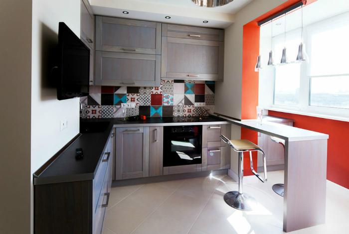 Яркая кухня, совмещенная с балконом.