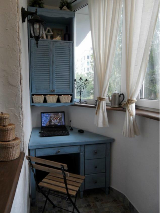 Небольшой балкон с письменным столом.