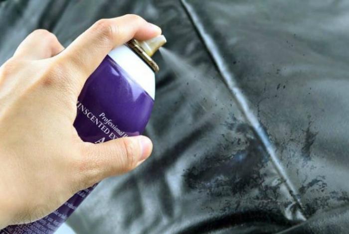 Чистка кожаных изделий лаком для волос.